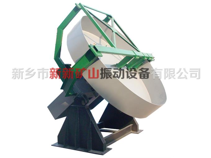 圆球造粒机采用整体圆弧结构,成粒率可达93以上。减速机与电动机采用柔性皮带传动,起动平稳,减缓冲击力,提高设备使用寿命。圆球造粒盘的盘底采用多条辐射钢板加强,坚固耐用,永不变形。加厚、加重、坚固的底座设计,不需地脚螺栓固定,运转平稳。造粒盘设有三个出料口,便于间断生产作业,大大降低了劳动强度,提高了劳动效率。